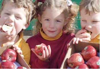 kids eating an apple